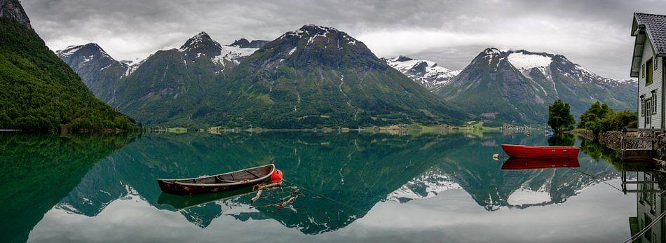 Panorama van bootjes en bergen met reflectie in het water in Noorwegen
