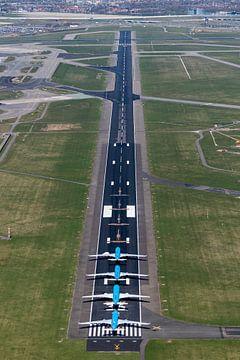 Luftaufnahme der Landebahn Schiphol mit vier KLM-Flugzeugen von aerovista luchtfotografie