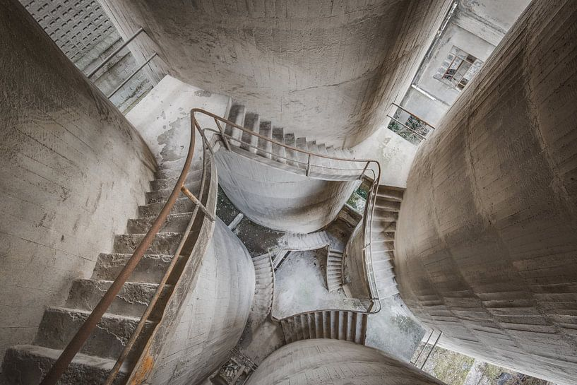 Treppenhaus mit vier Säulen von Perry Wiertz