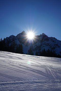 Berggipfel der Serles in der Sonne (Tirol, Österreich) von Kelly Alblas