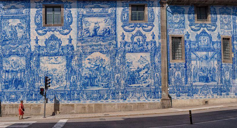 Azulejos,  blauwe tegels aan de Capela Das Almas, Porto, Douro Litoral, Portugal van Rene van der Meer