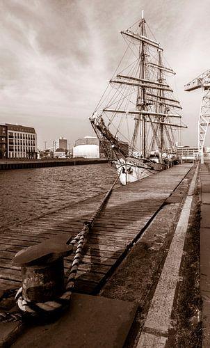 oud zeilschip aan de kade