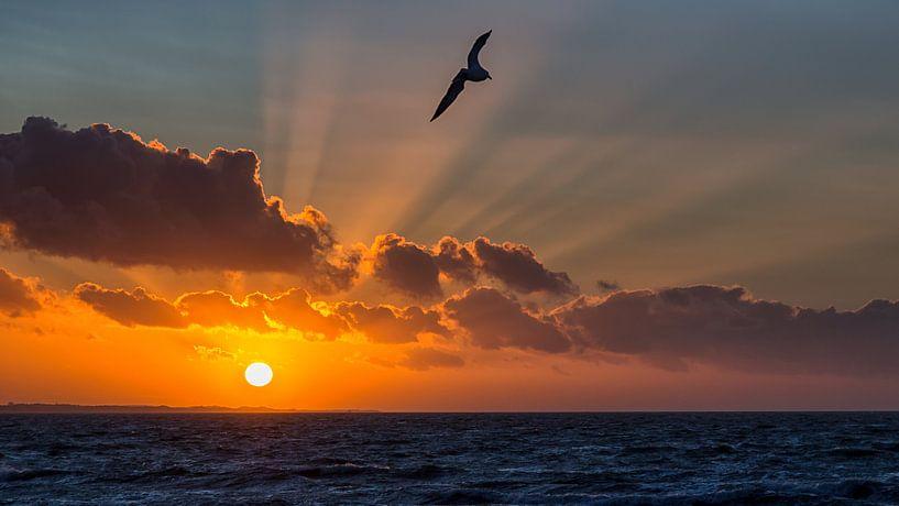 Noordzee zonsondergang van Bram van Broekhoven