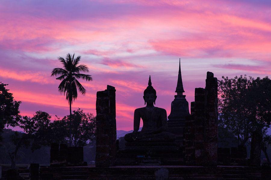 Boeddha beeld bij zonsondergang in Sukhothai, Thailand