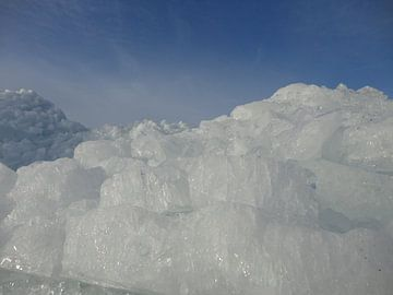 Kruiend ijs van Froukje Hobma