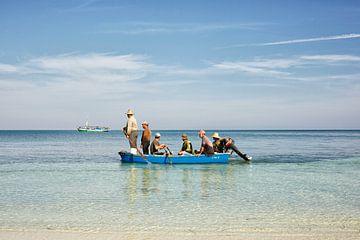 Vissers op het strand van Cayo Levisa, Cuba van Tjeerd Kruse
