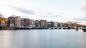 Amsterdam, die magere Brücke und der Fluss Amstel