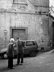 Italiaans straattafereel met twee oude mannen in zwart-wit
