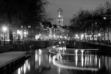 Zicht op Zandbrug en Oudegracht in Utrecht vanaf de Bemuurde Weerd, ZWART WIT von Donker Utrecht