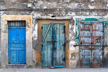 Drei alte Türen in der Medina von Essaouira von Peter de Kievith