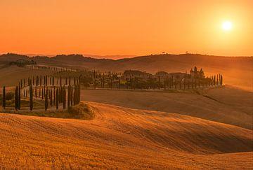 Gouden zonsondergang Toscane ... van Marc de IJk