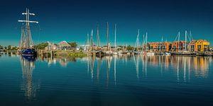De haven van Stavoren op een windstille voorjaars namiddag