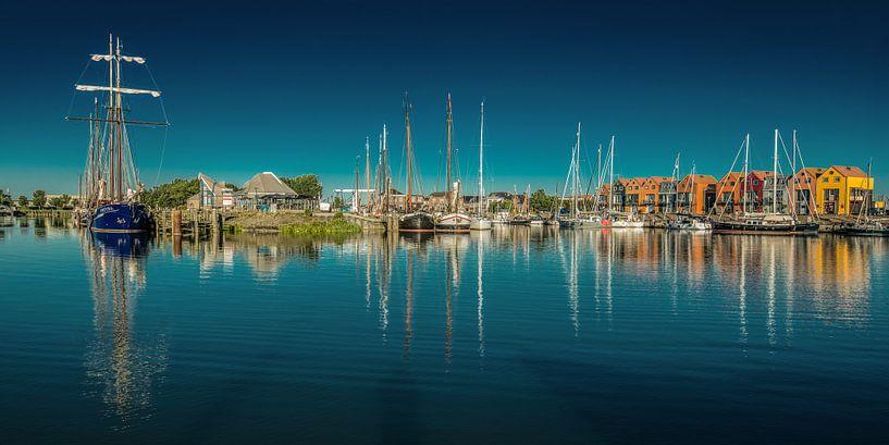De haven van Stavoren op een windstille voorjaars namiddag van Harrie Muis