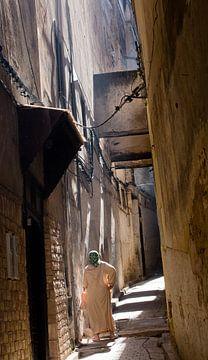 Oude vrouw in de medina van Fes van Arthur van Iterson