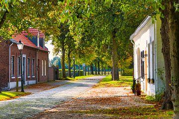 Wandern auf einer rustikalen Straße von J..M de Jong-Jansen