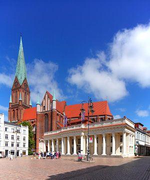 Neues Gebäude  mit Schweriner Dom St. Marien und St. Johannis mit Martplatz, Schwerin, Mecklenburg-V