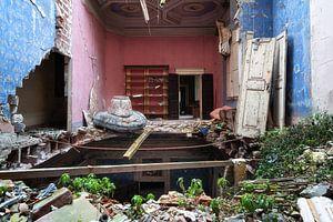 Verlassenes Schloss mit eingestürztem Boden.