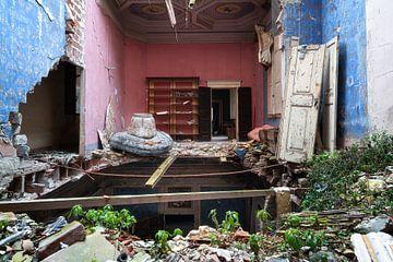 Verlassenes Schloss mit eingestürztem Boden. von Roman Robroek