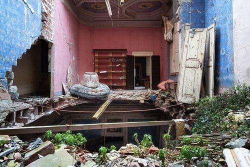 Château abandonné avec sol effondré.