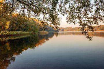 Nederlands meer op een vroege windstille herfstochtend van Ruud Morijn