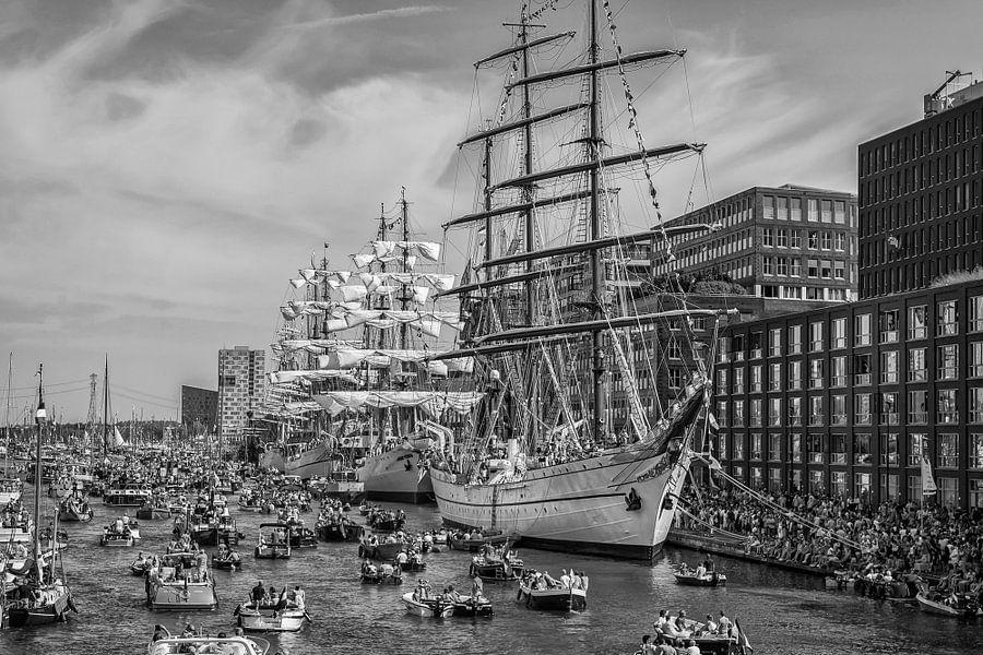 Sail Amsterdam in zwart-wit