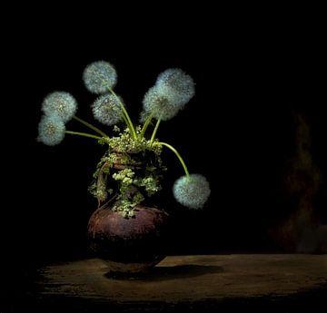 Nature morte avec efflorescence de pissenlits . sur Saskia Dingemans