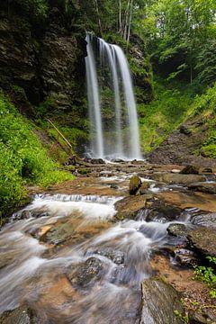 Ein Wasserfall in Kärnten, Österreich von Goos den Biesen