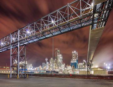 Petrochemische productie-installatie met een grote pijpleiding viaduct van Tony Vingerhoets