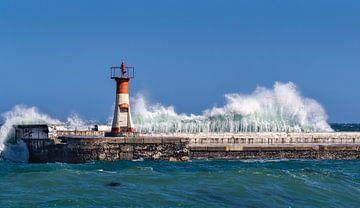 Leuchtturm mit heftigen Wellen von Inge van den Brande