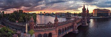 Berlin Oberbaumbrücke Panorama zum Sonnenuntergang von Jean Claude Castor