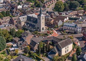 Photo aérienne de l'église Saint Remigius à Simpelveld sur John Kreukniet