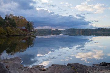 Luchten weerspiegelend in een meer  in finland van Tiny Hoving-Brands