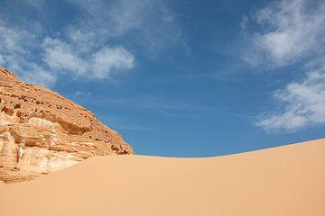 Blauer Himmel und ein Sandhügel in der SinaÏ-Wüste in Ägypten. von Marjan Schmit Visser