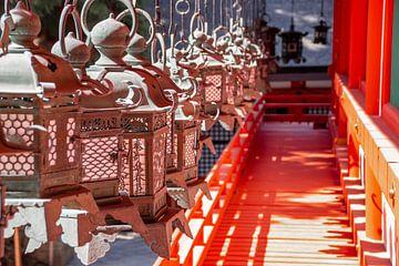 Laternen in einem japanischen Tempel von Mickéle Godderis