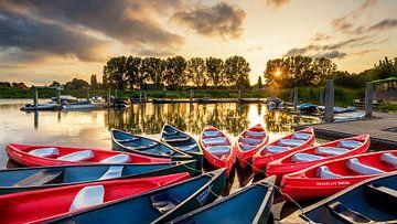 Kano's in de haven van Hardenberg tijdens zonsondergang van
