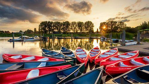Kano's in de haven van Hardenberg tijdens zonsondergang