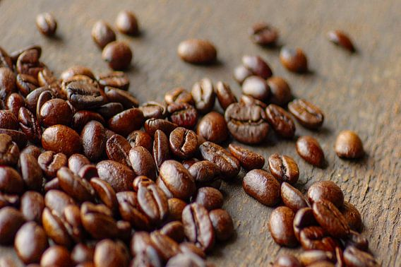 Het rustieke beeld van koffiebonen op hout