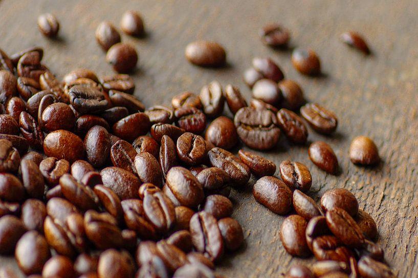 Het rustieke beeld van koffiebonen op hout van Tanja Riedel