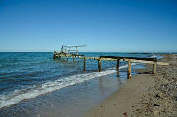 Morscher Holzsteg am Ufer zum offenen Meer von LuCreator