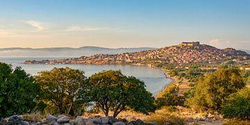 Dorp Molivos op het Griekse eiland Lesbos van Katho Menden