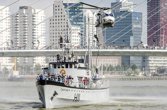 Marinier daalt af uit NH90 helikopter in hartje Rotterdam