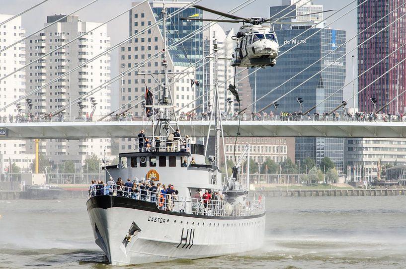 Marinier daalt af uit NH90 helikopter in hartje Rotterdam van Maurice Verschuur