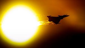 Franse Rafale voor de zon langs