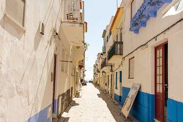 Typisch portugiesische Straße in Nazaré von Reis Genie