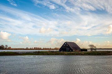 Historische Holzscheune bei Flut im Biesbosch von Ruud Morijn