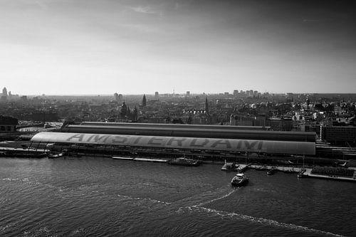 Station van Amsterdam Gezien vanaf de Amsterdam Lookout aan het IJ in zwartwit.