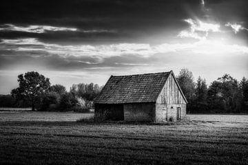 Zwart Wit beeld van een oude schuur in Gorssel. van Bart Ros