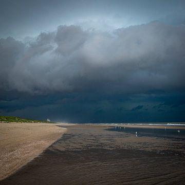Donkerblauwe regenwolken aan het strand van Remco-Daniël Gielen Photography