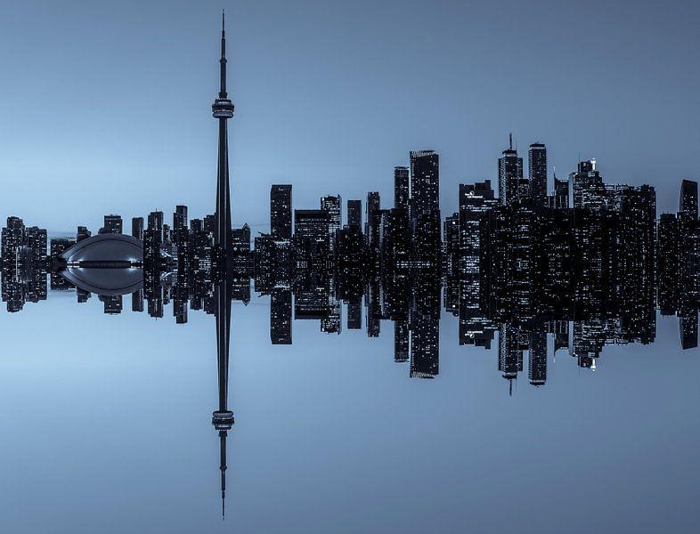 Toronto Skyline réflexion à la tombée de la nuit sur Jan van Dasler
