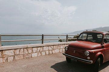 Oude Fiat buiten het stadscentrum van Cefalu, Sicilië Italië van Manon Visser